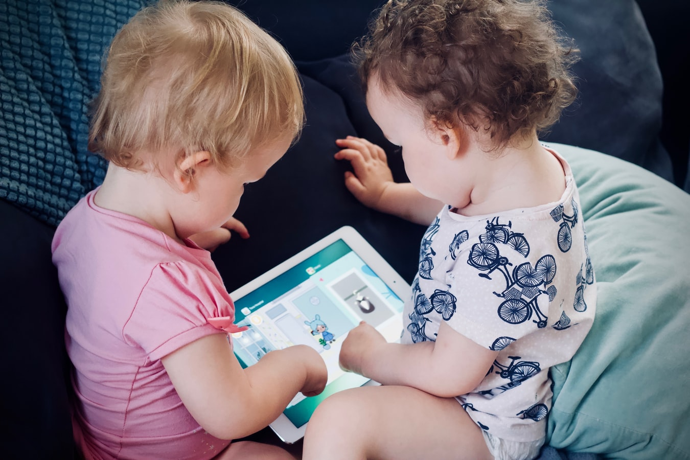two toddlers playing with ipad touch screen time guidelines