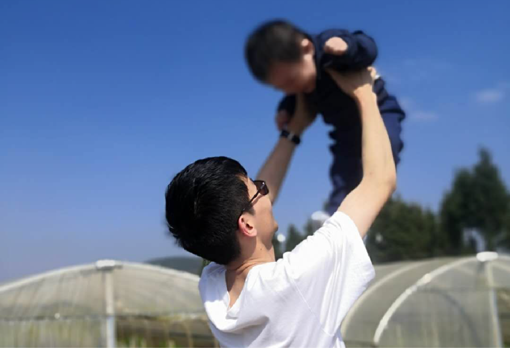 Li with his son.