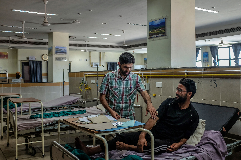 Omar Akhtar con paciente