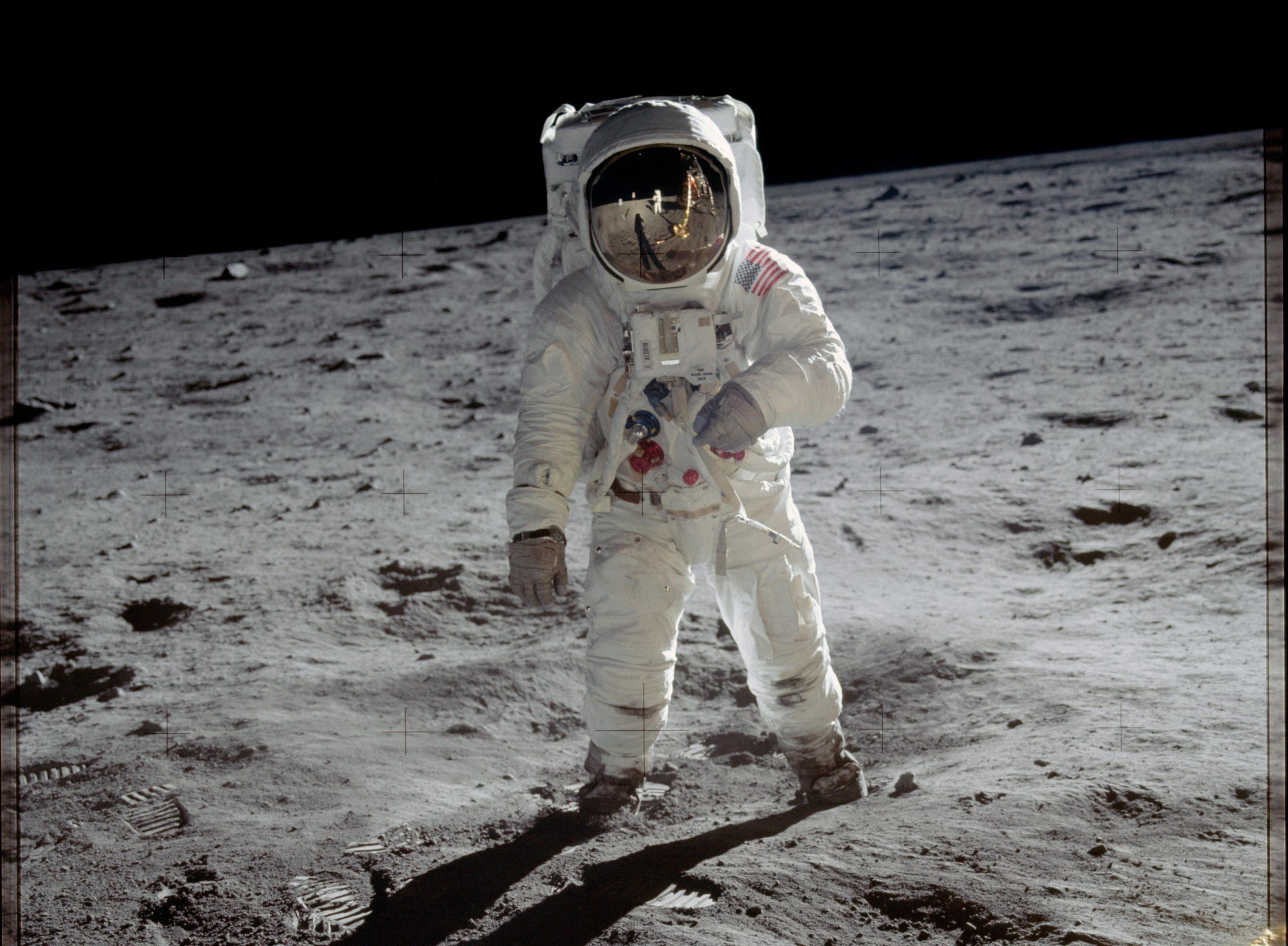 لباس فضایی bzz aldrin Nasa moon emu
