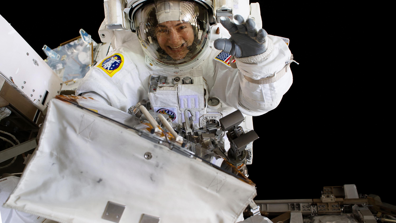 Jessica Meir on a spacewalk